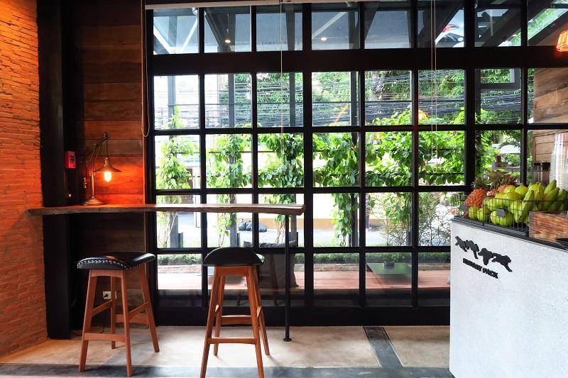 ゆったりできるカフェ「HUNGRY PACK」はドッグラン付き@トンローsoi49