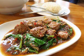 """熟成肉に美味しいと評判のARNO'S!我が家も大好きで、ステーキが食べたい!肉が食べたいってときは決まって行くお店です。 そのARNOSが手掛けるタイ料理屋さんがチョンノンシーに、、、なかなか遠くて億劫になっていたのですが、今年トンロー店がオープンしました♡ ARNO'S Thai に行ってきました! 場所と行き方 場所は、BTSトンロー駅から徒歩17分くらい。トンローソイ13で、ちょっと遠いので、スクンビットソイ55しか走らない赤バスやタクシーがおすすめです。★赤バスの乗り方 MAP上だとこの辺り。 行き方は、BTSトンロー駅3番出口から階段を下りてUターン後、トンローの大通りソイ55に入ります。横断歩道は渡らずに左に曲がってください。タクシーだとこの辺りで捕まえるといいかな。ソイ55に入って、しばらく歩くとバイタク乗り場があって、その先に赤バス乗り場があります◎ 歩きの人は、ひたすらまっすぐ行きます◎ソイ13で左に曲がり、しばらく歩くと到着です。 ソイ55から来たら、先にARNO'Sのステーキ屋さんが見えてくると思います!同じ敷地内(隣通し)です。反対側にアフターユーあり。 店内の様子 店内結構狭めですが、お客さんも少ないので予約する必要はなさそうな。2回ほど行ったんですがガラガラでした! ベビーカーだとARNO'S THAIの方が入りやすかったです。 メニュー 左のステーキメニューには、フレンチフライかサラダ。右のガパオメニューにはライスがセットで付きます。 メニュー見てもよくわからなかったのでインスタみて、あとは店員さんのおすすめで注文しました。 絶品ガパオ! 1回目の来店★ Sliced Beef Tenderloin(100g) 250B(約750円) お肉めっっっっっちゃ柔らかい!これは、もう普通にステーキ!辛さ無しにしたんですが、あった方がパンチがあるかも。 Beef Paleron Noodles 110B(約330円) ヌードルメニューからも一つ。麺はおすすめの④イエローヌードルにしました! 他の麺の種類を食べてないから何とも言えないけど、おすすめ当たり◎スープも美味しくて、絶妙にからみつつ、麺ののど越しもあって美味しかった。 *********** Sliced beef tenderloin 250B Paleron 110B mineral water 20B Soda 20B Subtotal 400B VAT 込 S.C.  無し お会計 400B(約1,200円) ************ 2回目の来店★ Sliced Butcher Cut 130B(約390円) 今回は辛さ②のスパイシーにしてみました!前回頼んだのも相当柔らかくて美味しかったけど、全然こっちで十分美味しい! ベリースパイシーがあるから程よく辛いのかと思ったら、普通に辛い(笑) Beef Spesial Combo 180B(約540円) 店員さんおすすめの。麺の種類は④のイエローヌードル。 お肉がスペシャルなのかなーと思ったら、お肉全部乗せでした。食べても食べてもお肉。麺かなと思ったら、もやし。麺に全然行きつきやしない。 がっつり食べたい人にはおすすめ★ ************* Sliced Butcher Cut 130B Beef Special Combo 180B Water 20B SubTotal 330B VAT 込 SC. 無し お会計 330B(約990円) *********** 何回行っても美味しい。12時30分とかになると周りで働いてる人たちがわっと入ってくるので、12時くらいに行くといいかもです★ このお店でステーキ肉も頼めるので、今後はこっちの利用が多くなりそうな予感。 お店の地図、詳細 [ARNO'S Thai] 住所 251/2 Room No. 1E Soi Thonglor, 13 Soi Sukhumvit 55, Klongton-Nua, Watthana, Bangkok 10110 最寄駅 BTSトンロー(3番出口) 営業時間 11:00~21:00 電話 02-115-2744 表記 英語・タイ語 対応 タイ語 >>GoogleMapで開く<< [st-catgroup cat=""""255"""" page=""""5"""" order=""""desc"""" orderby=""""id"""" child=""""on"""" slide=""""on"""" slides_to_show=""""3,3,1"""" slide_date="""""""" slide_more=""""ReadMore"""" slide_center=""""on""""] >>BTSトンロー駅周辺の飲食店記事一覧を見る >>タイ料理記事一覧を見る"""